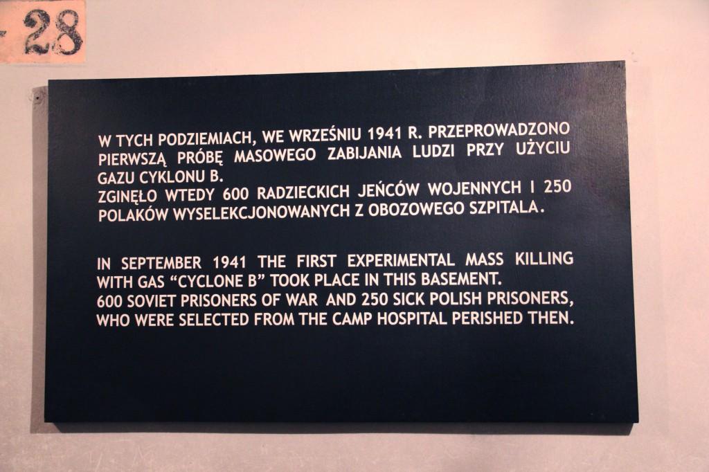Tablica w piwnicach 11. bloku śmierci obozu Auschwitz. Fot.: Cz. Chytra.