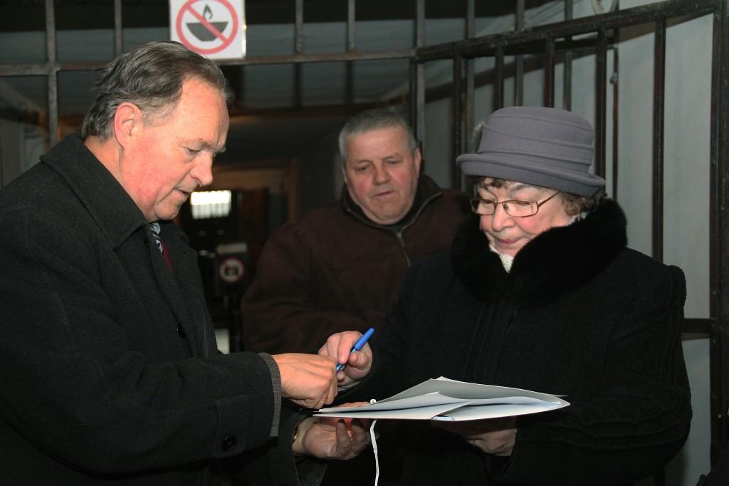 Podpisywanie apelu w piwnicy bloku 11. Fot.: Cz. Chytra.